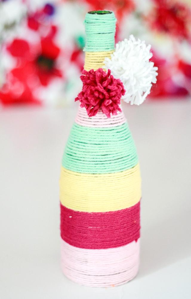 Garrafa decorada com barbante colorido
