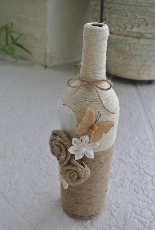 Garrafa decorada com barbante
