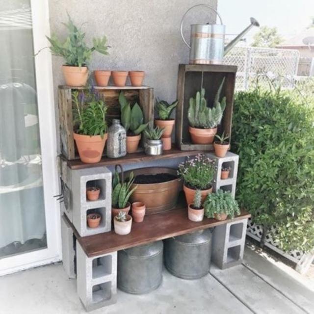 Jardim simples com blocos de concreto