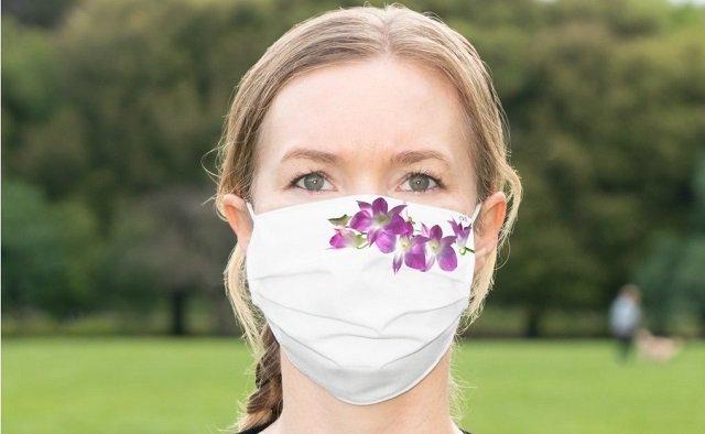 Máscara de proteção com pintura de flores