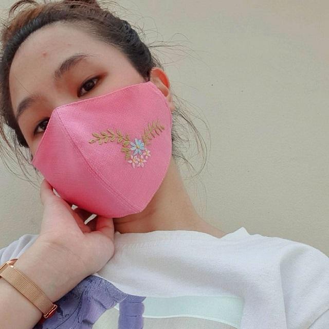 Máscara de proteção com bordado de flor