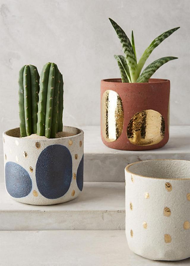Vasos de cimento com detalhes dourados