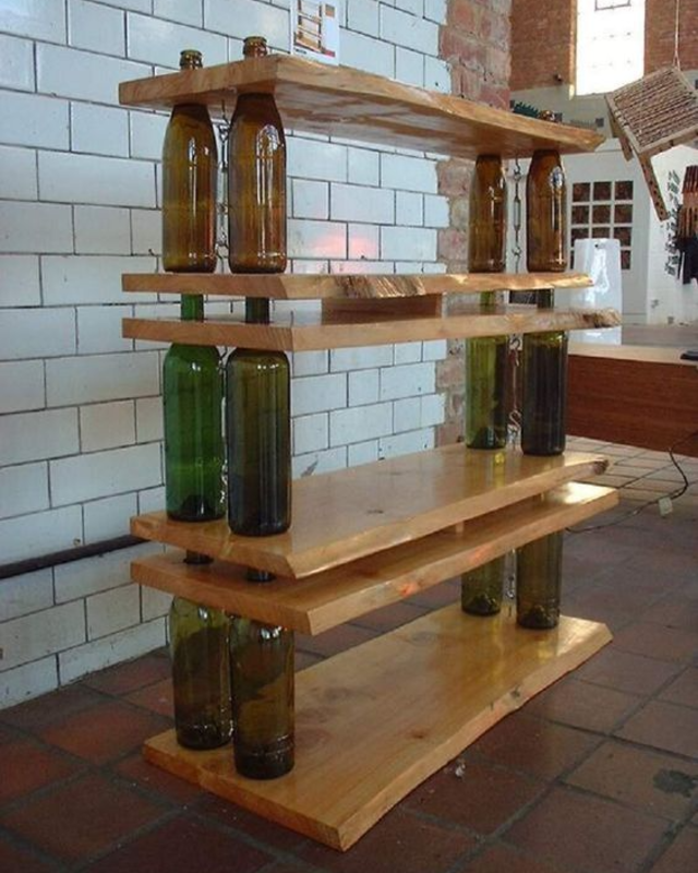 Prateleira de garrafas de vidro