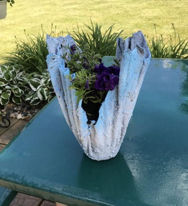Vaso de cimento com toalha