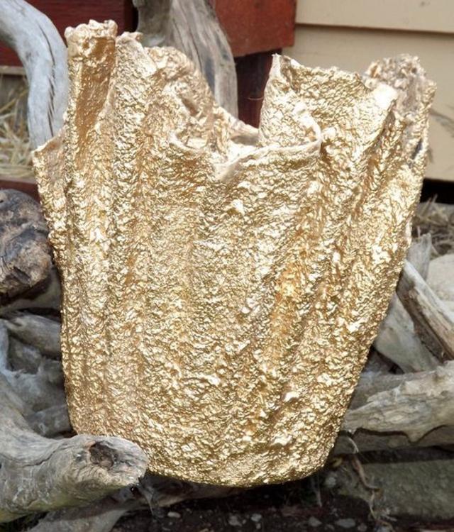 Vaso de cimento com toalha dourado