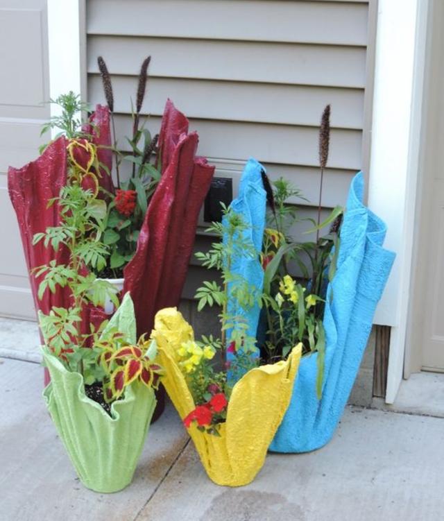 Vasos de cimento com toalha coloridos
