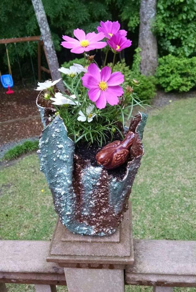 Vaso de cimento com toalha  com flores