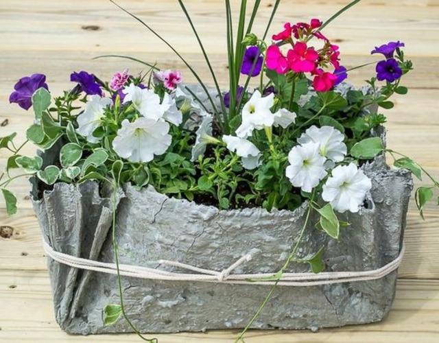 Vaso de cimento com toalha e flores