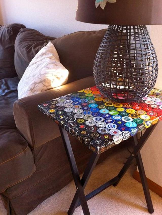 Mesa decorada com tampinhas de garrafas