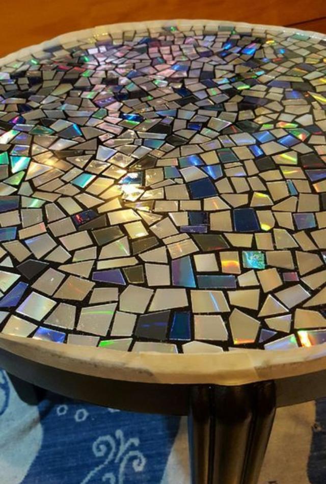 Mesa decorada com pedaços de cd