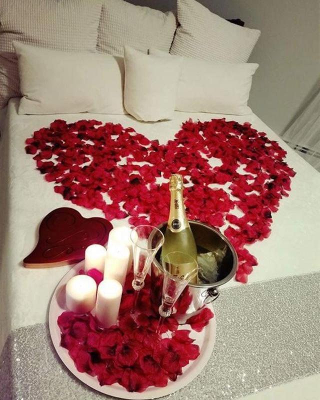 Decoração dia dos namorados com pétalas de rosas