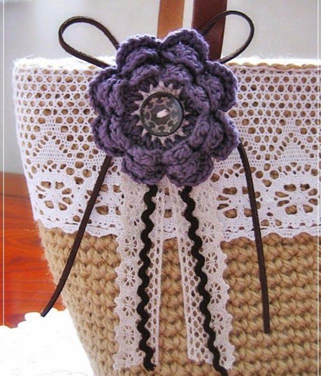 Bolsa com aplicação de flor de crochê