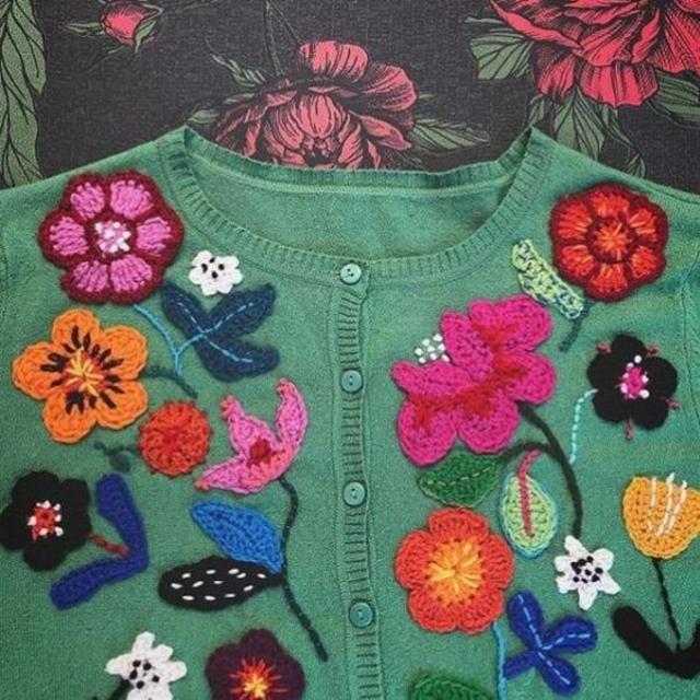 Blusa com aplicação de flores de crochê
