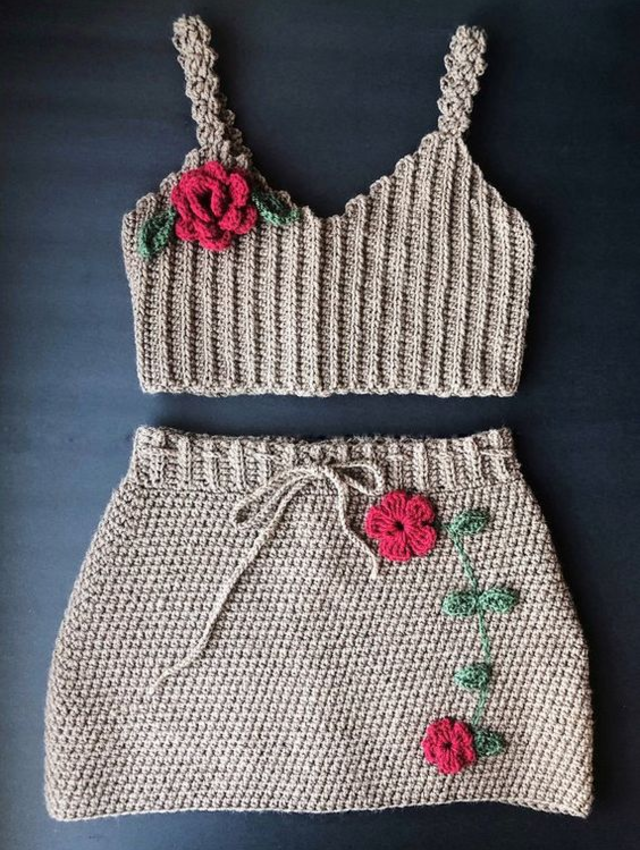 Roupa com aplicação de flores de crochê
