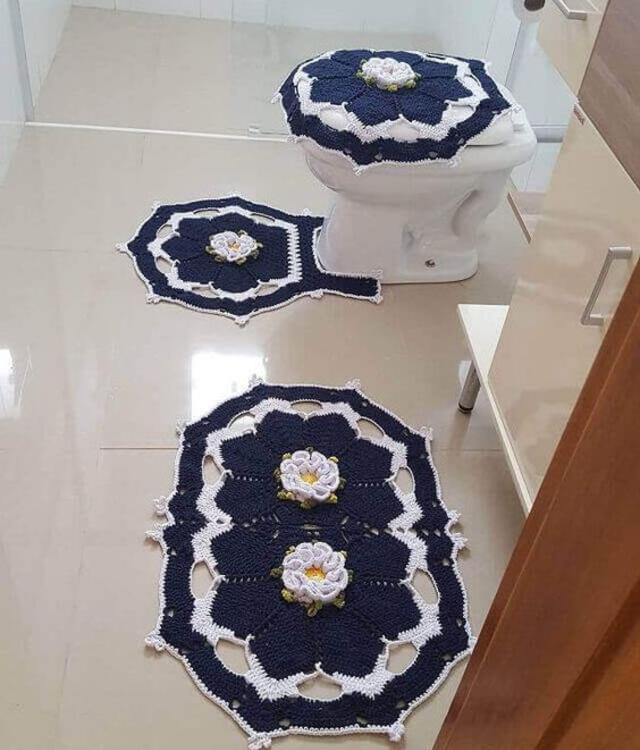 Jogo de banheiro com aplicação de flores de crochê
