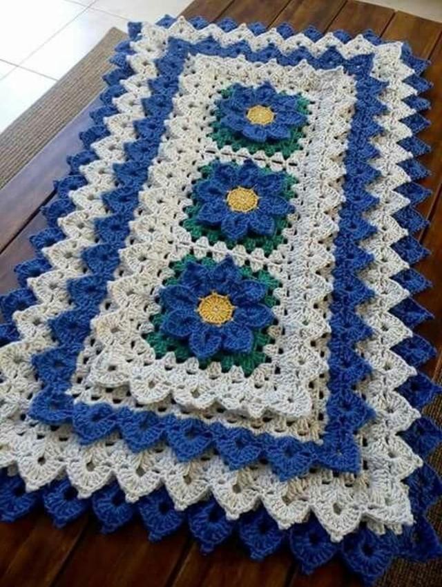 Tapete com aplicação de flores de crochê
