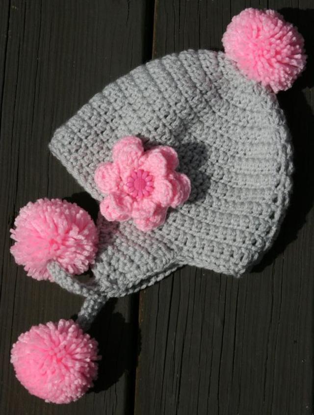 Touca com aplicação de flor de crochê