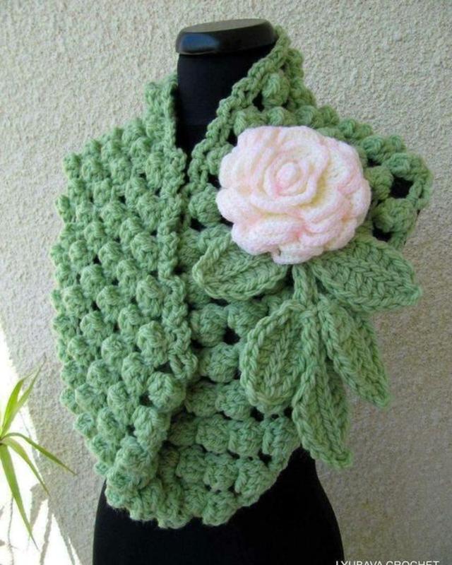 Echarpe com aplicação de flor de crochê