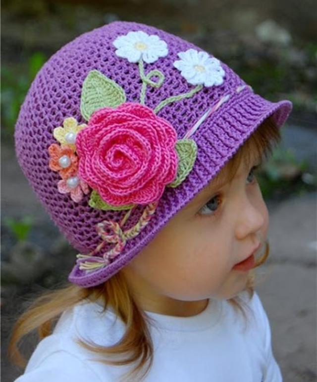 Touca com aplicação de flores de crochê
