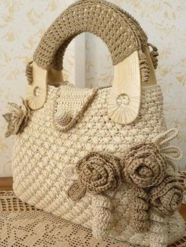 Bolsa com aplicação de flores de crochê