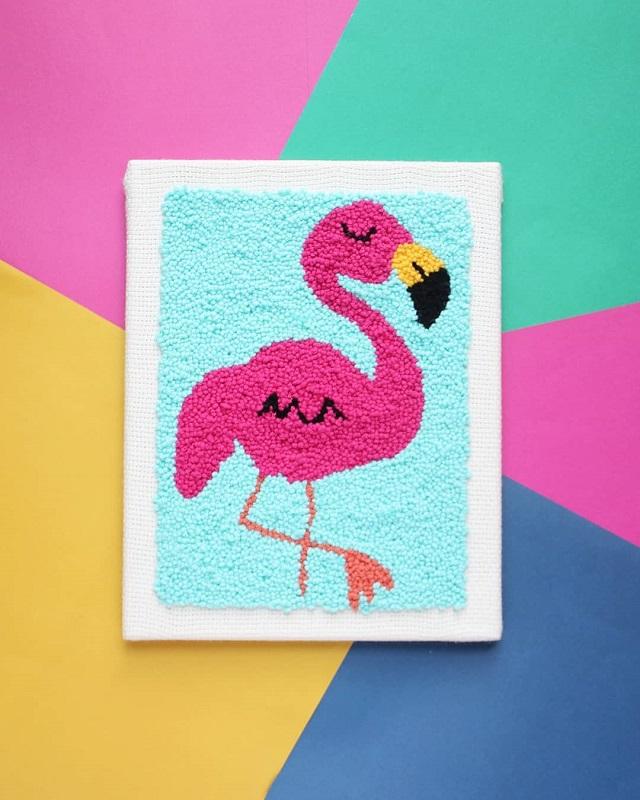 Quadro de flamingo feito com ponto russo