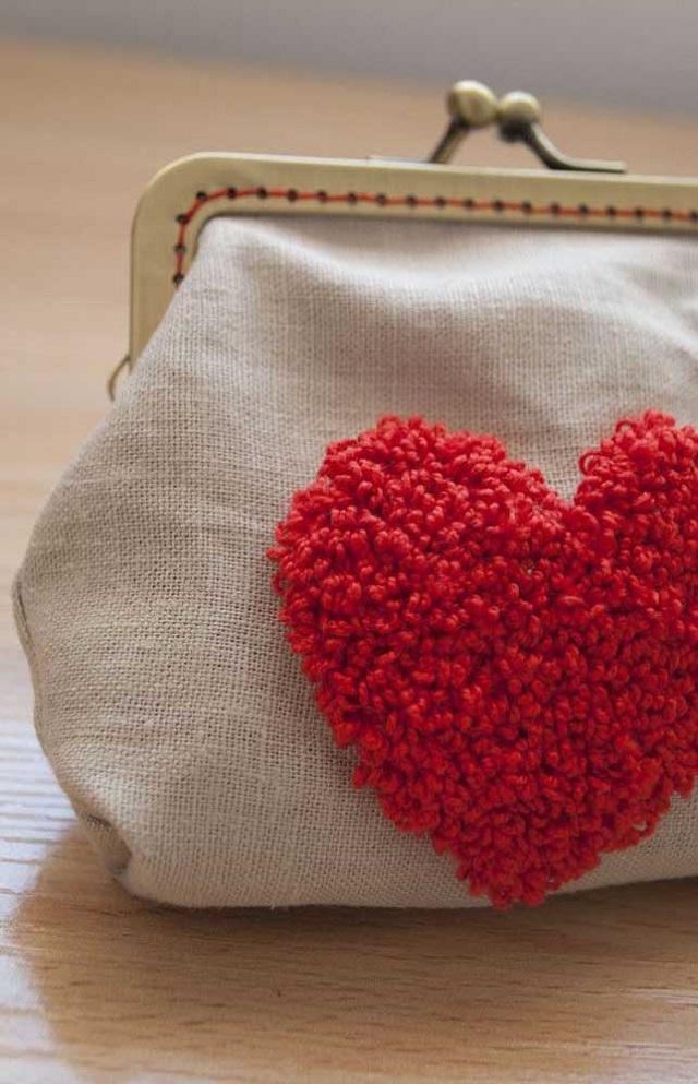 Bolsa com coração feito de ponto russo