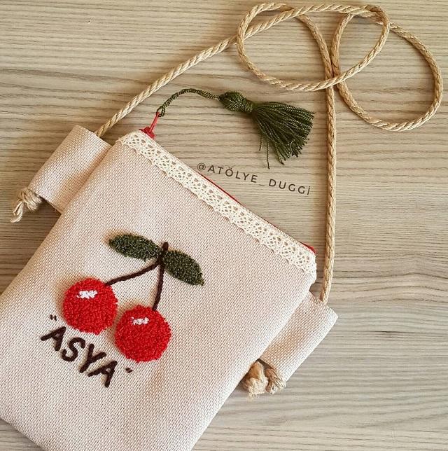 Bolsa com detalhe de cereja em ponto russo