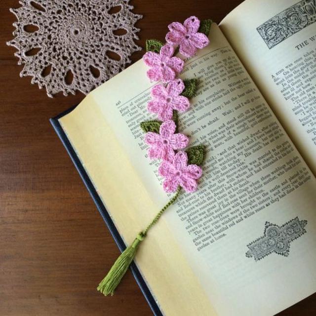 Marcador de página de flores crochê