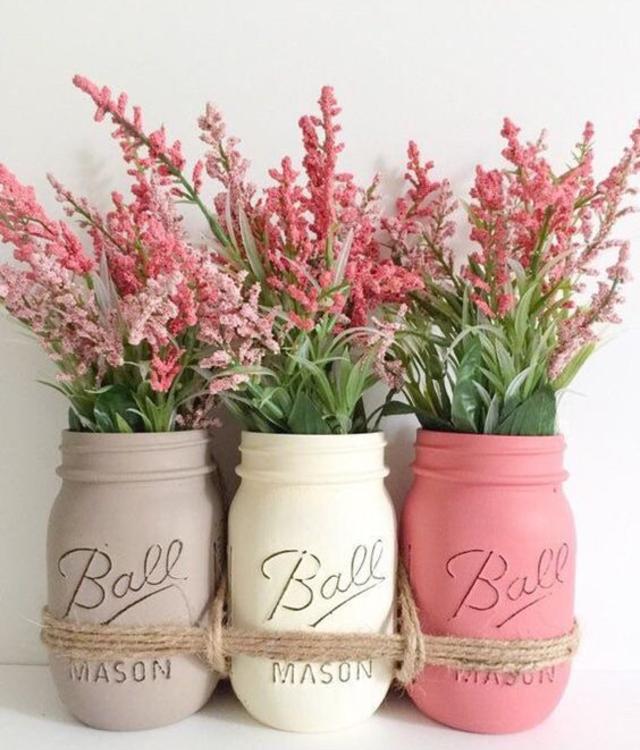 Arranjo de flores com potes