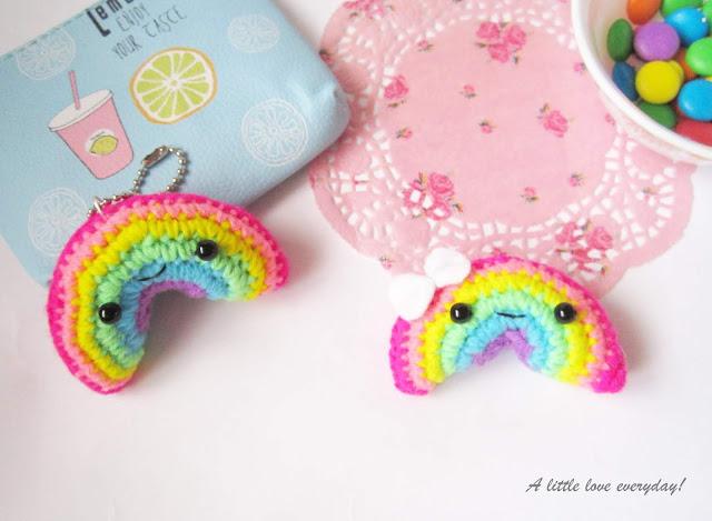 Chaveiros de arco-íris de amigurumi