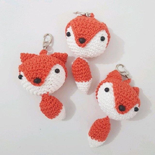 Chaveiros de raposas de amigurumi