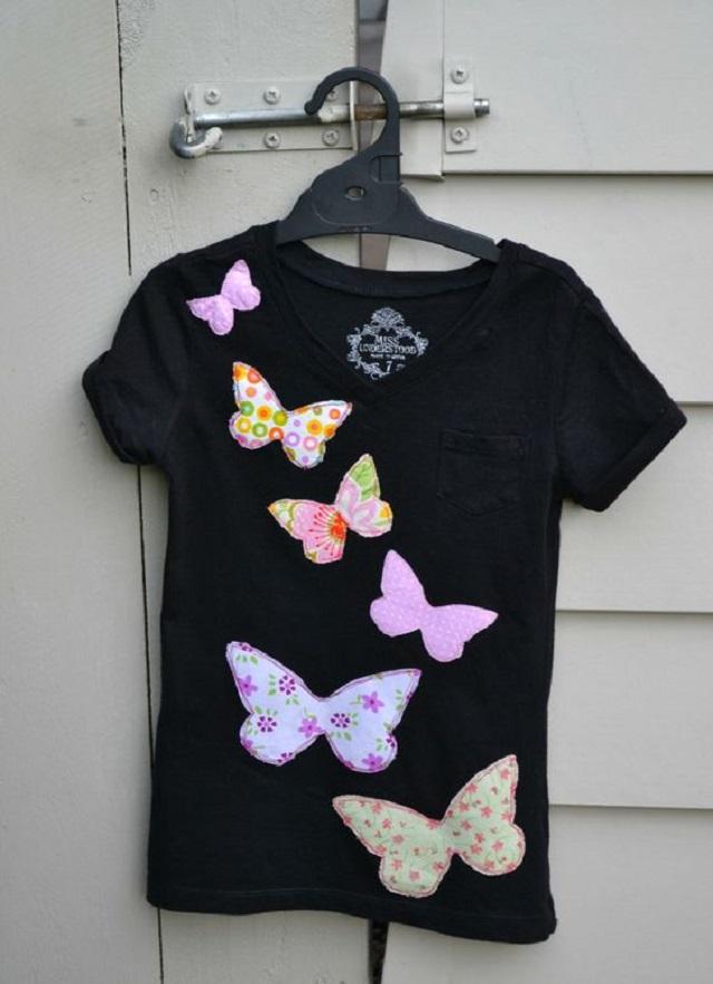 Blusa customizada com aplicações de borboletas