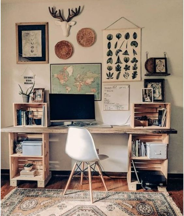 Escrivaninha feita com caixotes de madeira