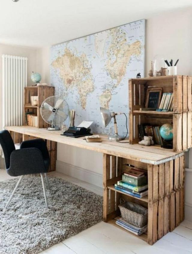 Mesa de trabalho feita com caixotes de madeira