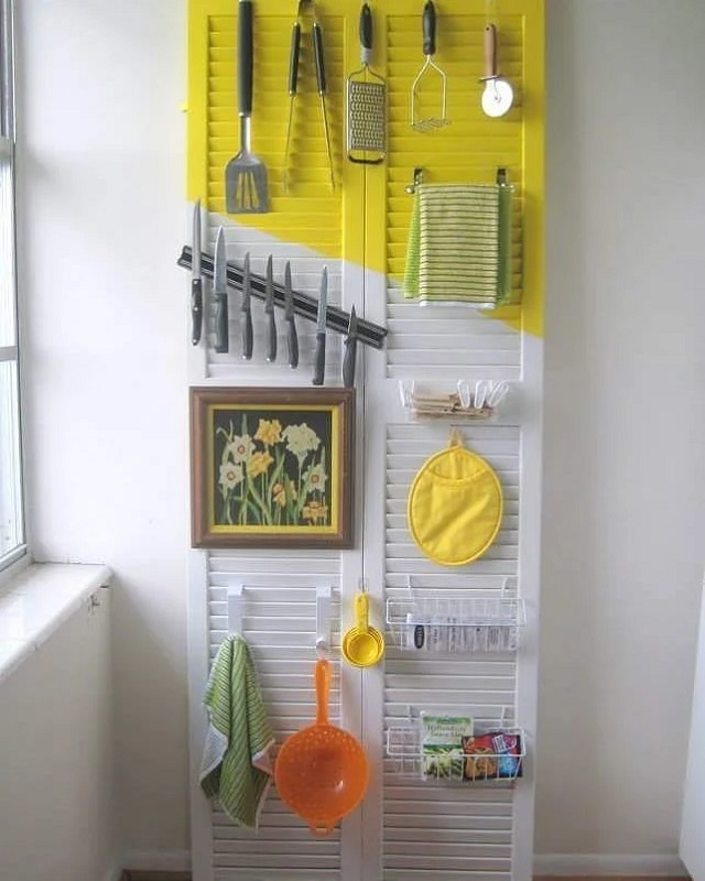 Decoração de cozinha feita com porta reaproveitada