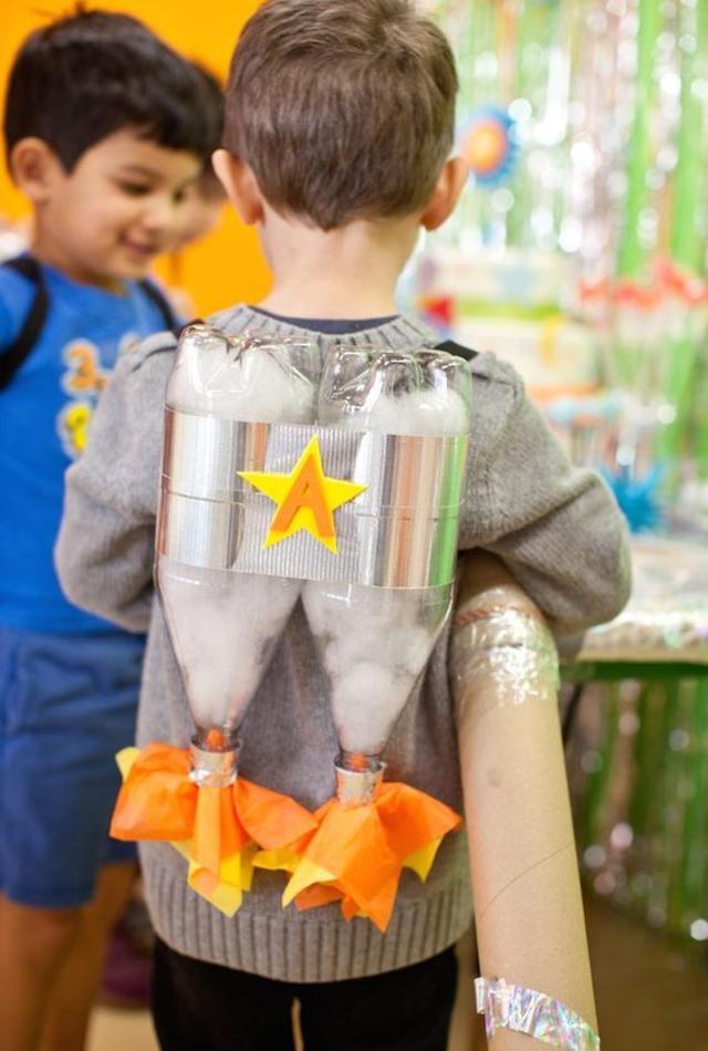 Crianças com foguetes de garrafa pet