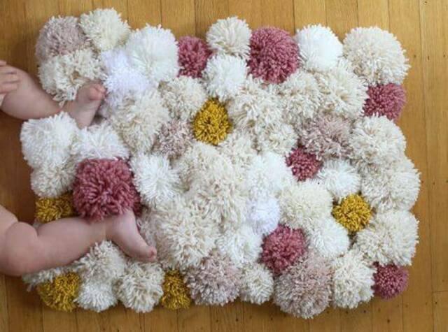 Tapete de pompom em formato de coração colorido