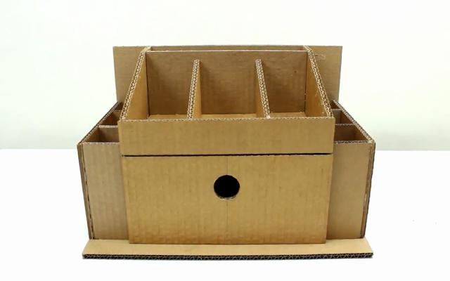 Organizador de mesa feito com papelão