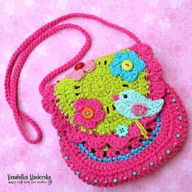 Bolsa de crochê infantil  com aplicação de flores e passarinho