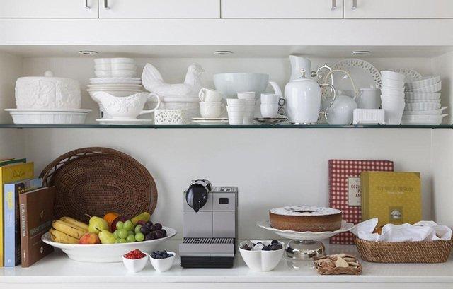 Armário de cozinha com prateleira de vidro