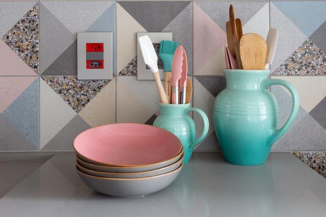 Jarras com colhes e utensílios de cozinha