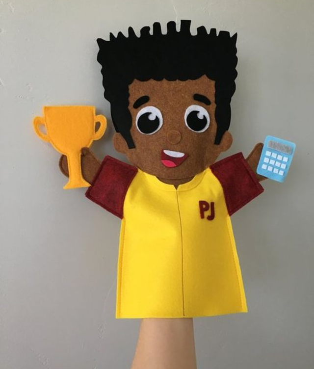 Fantoche de menininho com troféu de feltro