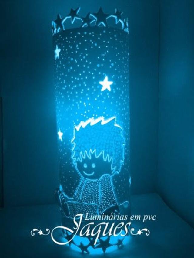 Luminária de PVC  com desenho de um menino