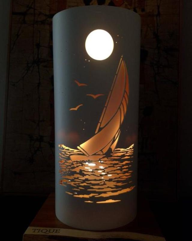 Luminária de PVC com desenho de lua e barco
