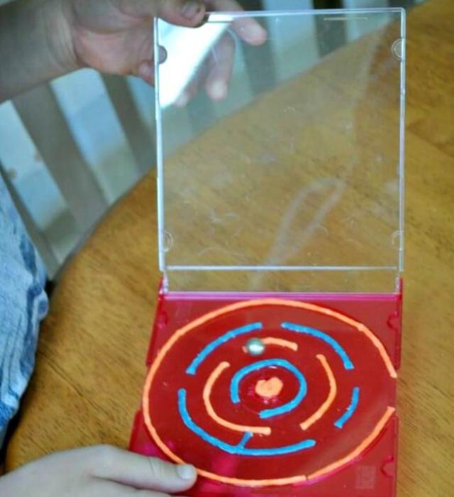 Jogo de labirinto com materiais recicláveis