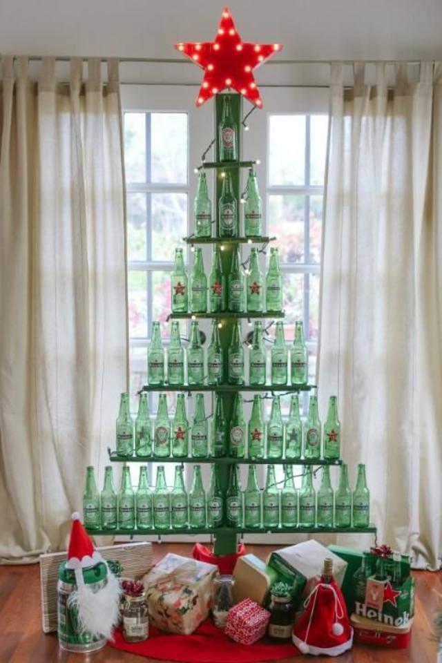 árvore de natal artesanal de garrafas de cerveja