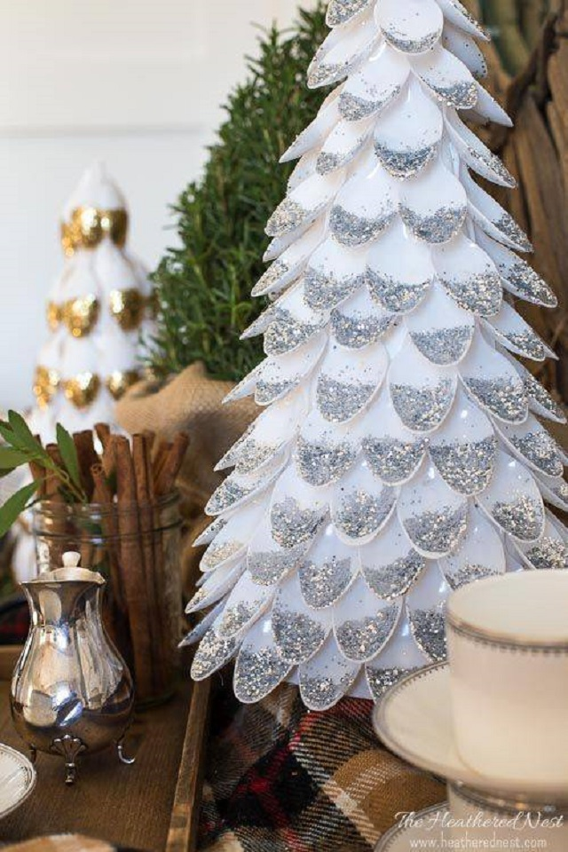 Árvore de Natal de colheres descartáveis