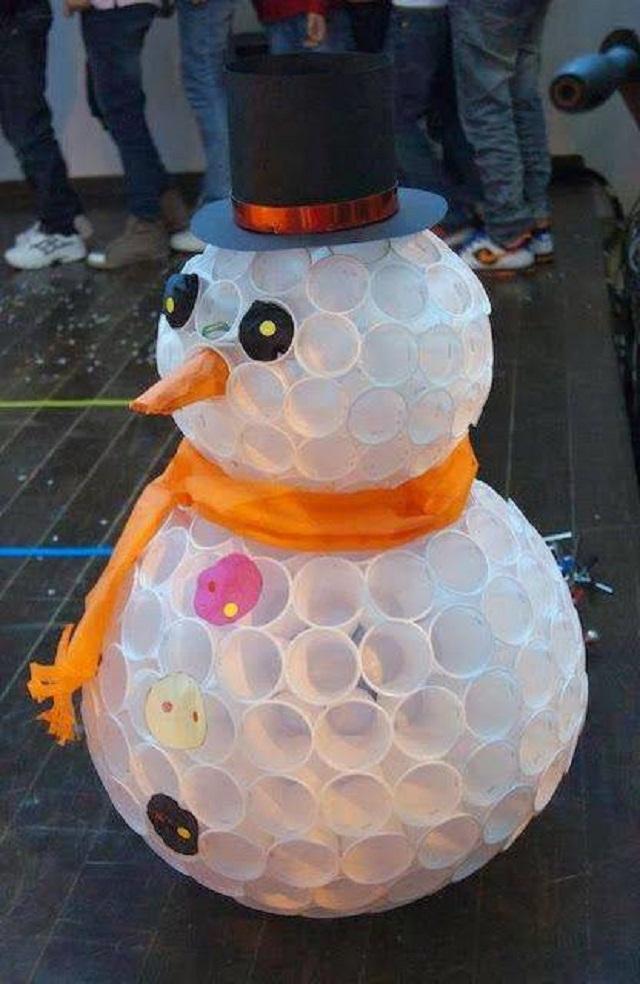 Boneco de neve de copos descartáveis