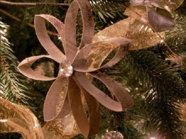 Pingentes de árvore de Natal com rolo de papel higiênico