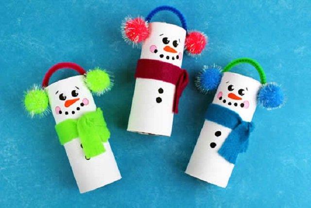 Bonecos de neve de Natal com rolo de papel higiênico